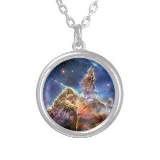 Detalle místico de la montaña de la nebulosa de joyería