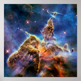 Detalle místico de la montaña de la nebulosa de póster