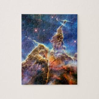 Detalle místico de la montaña de la nebulosa de rompecabeza con fotos