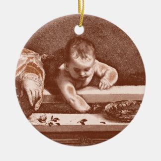 Detalle sagrado y profano en cobre adorno redondo de cerámica