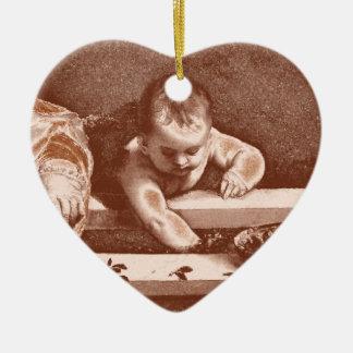 Detalle sagrado y profano en cobre adorno de cerámica en forma de corazón