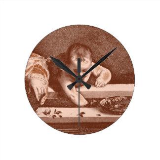 Detalle sagrado y profano en cobre reloj
