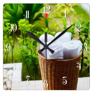 Detalles del cuarto de baño reloj cuadrado