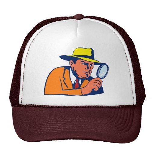 detective que mira con la lupa gorro de camionero