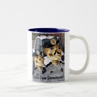 Detectives del caso sin resolver taza de café de dos colores