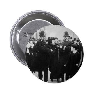 Detención de un Suffragette en Londres Inglaterra  Pin Redondo 5 Cm