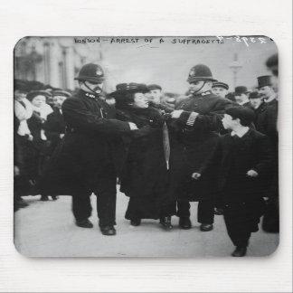 Detención de un Suffragette en Londres Inglaterra  Alfombrillas De Ratones