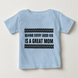 Detrás de cada buen niño es una gran mamá playera para bebé