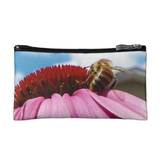 Detrás de la abeja