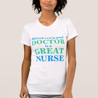 Detrás de un buen doctor es una gran enfermera playera