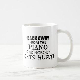 Detrás lejos del piano tazas