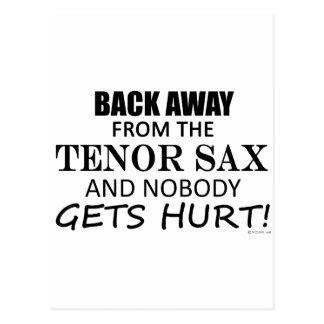 Detrás lejos del saxo tenor postal