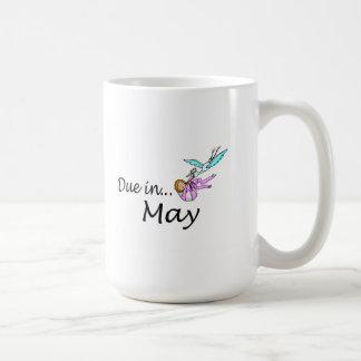 Deuda en mayo taza de café