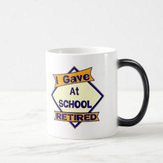 Di en la escuela taza mágica