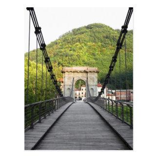 Di Lucca, Toscana, Italia - un puente viejo de Postal
