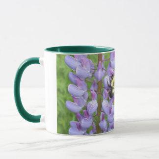 Día-Abeja de la tierra en las flores Taza