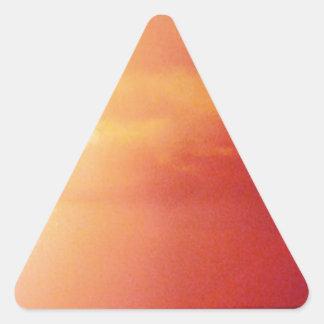 Día agradable en la playa pegatina triangular