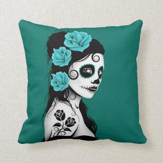 Día azul del trullo del chica muerto del cráneo cojín decorativo