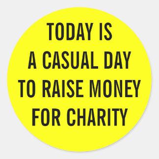 Día casual de la caridad pegatina redonda