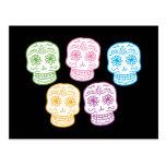 Día colorido de los cráneos muertos postal