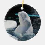 Día de fiesta blanco hermoso de la ballena de la adorno navideño redondo de cerámica