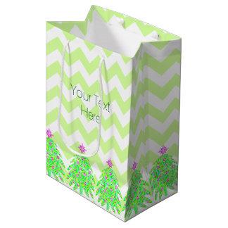 Día de fiesta colorido del árbol de navidad verde bolsa de regalo mediana
