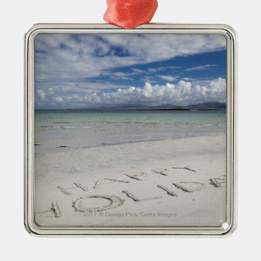 Día de fiesta feliz escrito en la playa de adorno cuadrado plateado