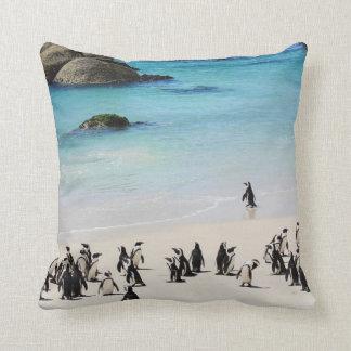 Día de fiesta para los pingüinos cojín decorativo