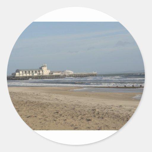 Día de invierno en la playa de Bournemouth Pegatina Redonda