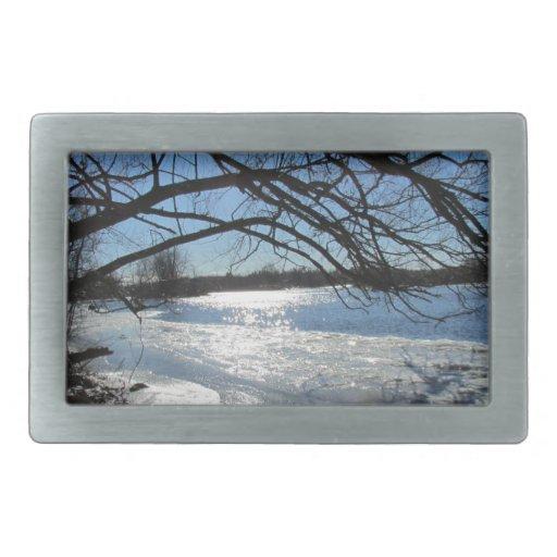 Día de invierno soleado en el río hebilla cinturon rectangular