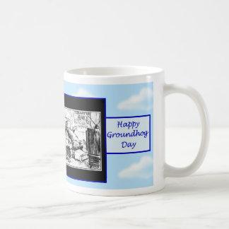 Día de la marmota feliz con el groundhog que ve la taza clásica