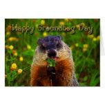 Día de la marmota feliz que come la flor felicitaciones