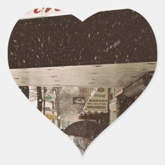 Día de la nieve en el cine pegatina en forma de corazón
