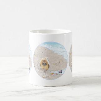 Día de la playa taza básica blanca