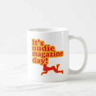 ¡Día de la revista de Nudie! Taza Básica Blanca