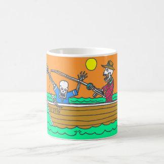 Día de la taza de café muerta de la pesca