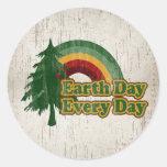 Día de la Tierra cada día, arco iris retro Pegatinas Redondas