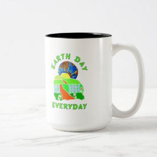 Día de la Tierra cada día Taza Dos Tonos