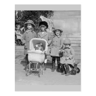 Día de los chicas hacia fuera, 1922 postal