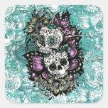 Día de los cráneos florales muertos de la mariposa pegatina cuadrada