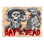 Día de los muertos - esqueletos con el machete y postal