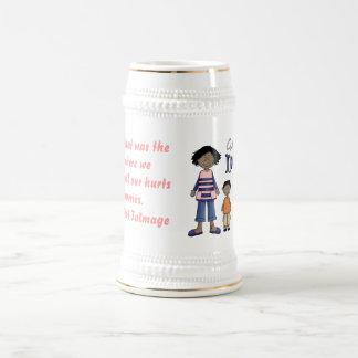 Día de madres feliz - niños y presente jarra de cerveza