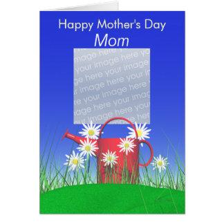 Día de madres para las margaritas y la regadera de tarjeta de felicitación