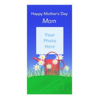 Día de madres para las margaritas y la regadera de tarjetas fotograficas