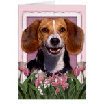 Día de madres - tulipanes rosados - beagle tarjeta de felicitación
