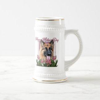 Día de madres - tulipanes rosados - ocasión del jarra de cerveza
