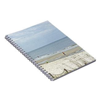 Día de relajación hacia fuera en la playa libros de apuntes