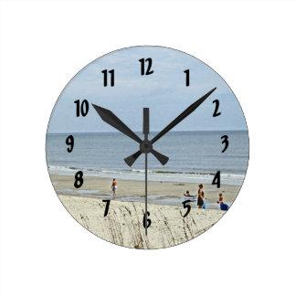 Día de relajación hacia fuera en la playa reloj redondo mediano