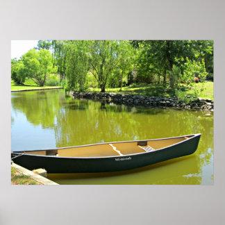 Día de verano soleado con la canoa en el agua poster