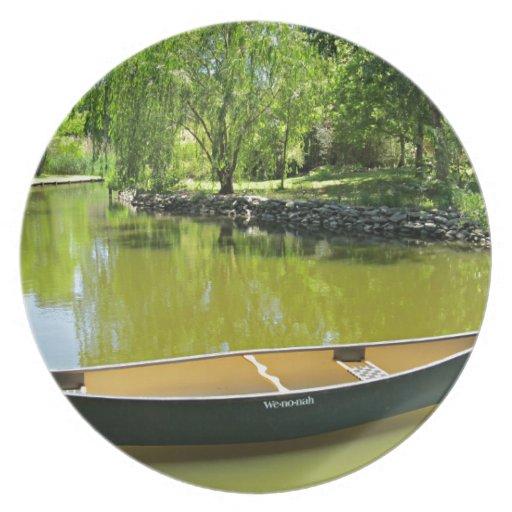 Día de verano soleado con la canoa en el agua plato para fiesta